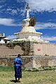 Mongołka w pobliżu Złotej Stupy w klasztorze Erdene Dzuu 02.jpg
