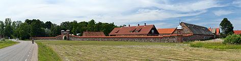 Mooste mõisa piirdemüürid väravate ja kellatorniga.jpg