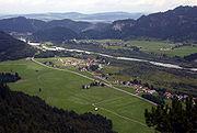 Řeka Lech, protékající obcí Musau v Tyrolsku, pohled z Achselu (~ 1150 m n. m.)