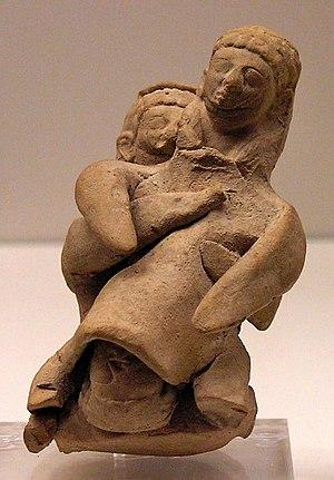 Figurine représentant une sage-femme et une femme en train d'accoucher, provenant de Chypre, début du Ve s. av. J.-C.