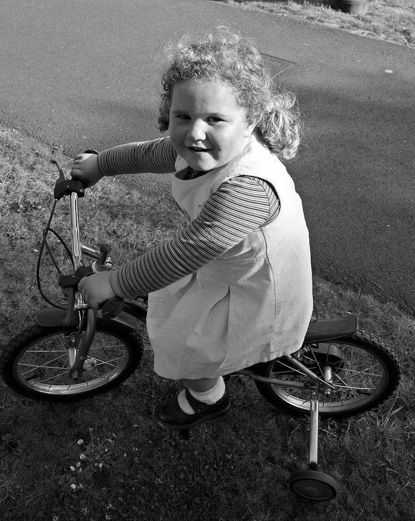 Nena en bici. A Pastoriza
