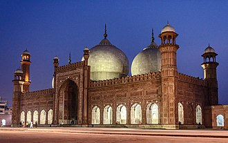 Islamic architecture - A view of the Badshahi Mosque in Lahore, Pakistan which was commissioned by the Mughal Emperor Aurangzeb in 1671.