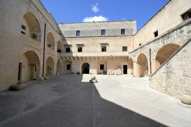 http://upload.wikimedia.org/wikipedia/commons/thumb/4/4b/Otranto_fortress_court_2.jpg/800px-Otranto_fortress_court_2.jpg
