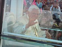 Benedicto XVI saludando a los jóvenes en la XX Jornada Mundial de la Juventud