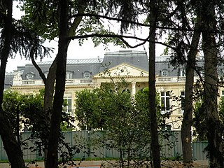 http://upload.wikimedia.org/wikipedia/commons/thumb/4/4b/Paris_16-Ch%C3%A2teau_de_la_Muette.jpg/320px-Paris_16-Ch%C3%A2teau_de_la_Muette.jpg
