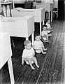 Peuters in het Tehuis Annette zitten met zijn allen op de po, Bestanddeelnr 252-0387.jpg