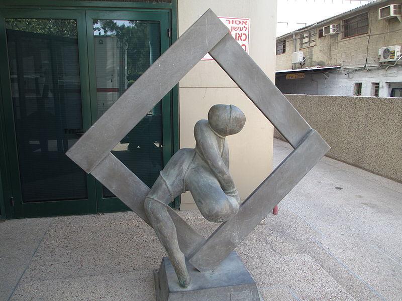 """הפסל """"יציאה ממסגרות"""" בתל אביב"""