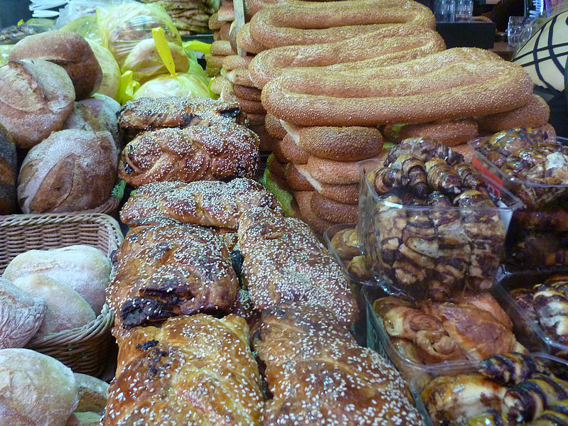 דוכן עוגות ולחם בשוק מחנה יהודה בירושלים