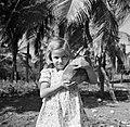 Portret van een meisje (dochter van Harry Maal) met een kokosnoot op plantage S, Bestanddeelnr 252-7535.jpg