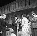 Prinses Juliana krijgt in Gempenach bloemen aangeboden van een jonge Nederlands…, Bestanddeelnr 252-1993.jpg
