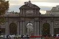 Puerta de Alcalá, con Metrópolis al fondo.jpg