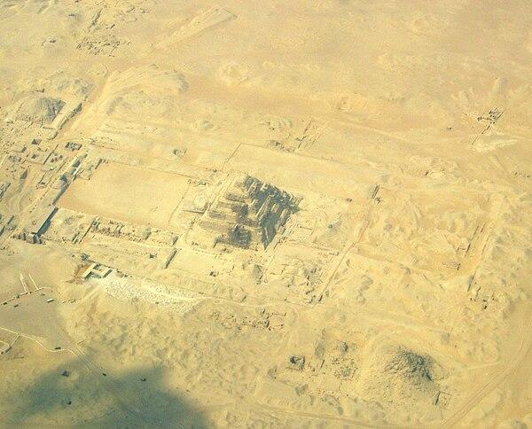 Sakkara. Piramida Schodkowa Dżesera i jej otoczenie z lotu ptaka. Fot. Wikimedia Commons, autor: RThiele, lic. CC BY-SA 3.0.