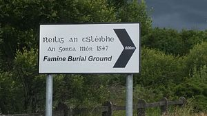 Gaeltacht na nDéise - Signage directing people to Reilig an tSléibhe, the Famine Graveyard in the Waterford Gaeltacht