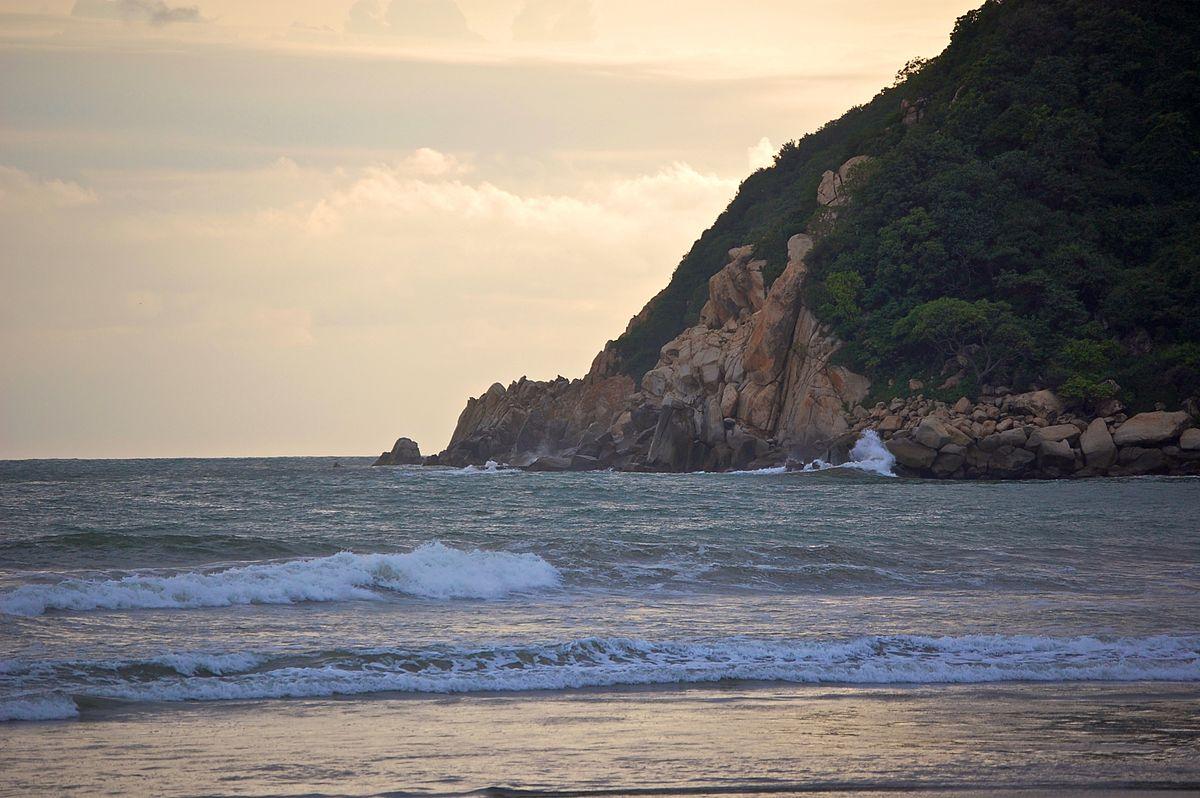 Vista de playa El Revolcadero en Acapulco