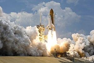 La navette spatiale Atlantis décollant du pas de tir 39A du centre spatial Kennedy de Cap Canaveral, en Floride (États-Unis) le 11 mai 2009. Ce vol se fait dans le cadre d'une révision complète et d'une remise à jour du télescope spatial Hubble. Cette mission permettra au télescope de rester opérationnel au moins jusqu'en 2014. (définition réelle 3 000 × 2 007)
