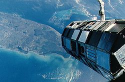 Le satellite LDEF avant son déploiement par Challenger au dessus de la Floride