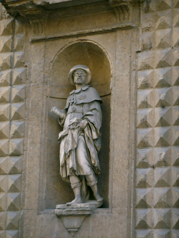 Santa trinita, portale dettaglio statua di Sant'Alessio