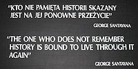 """Een zwart plakkaat met witte tekst: """"KTO NIE PAMIẸTA HISTORII SKAZANY / JEST NA JEJ PONOWNE PRZEŻYCIE"""" / GEORGE SANTAYANA / """"DE EEN DIE NIET HERINNERT / GESCHIEDENIS IS GEBONDEN OM ER DOOR TE LEVEN / OPNIEUW"""" / GEORGE SANTAYANA"""