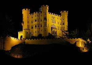 Schloss Hohenschwangau at night 2.jpg