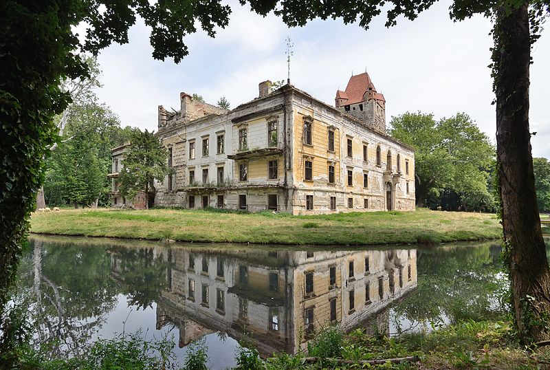 File:Schloss Pottendorf - northwest corner.jpg
