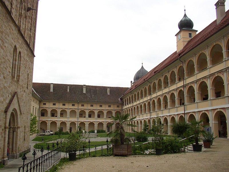Datei:Seckau abbey yard.JPG