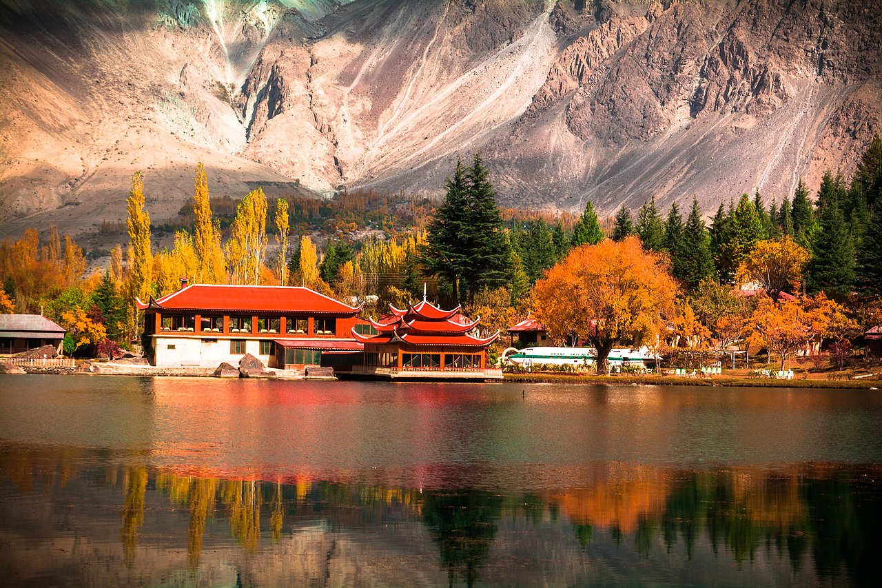 Shangri La On Bryn Road Blackwood: File:Shangri-La, Skardu.jpg