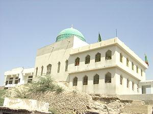 Pir Mangho - The shrine contains a large mosque.