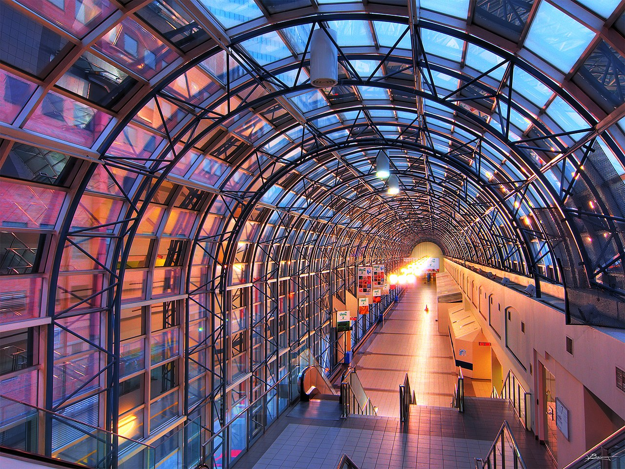 The Skywalk links Union Station to the Rogers Centre (Image Credit: Skeezix1000, Wikimedia)