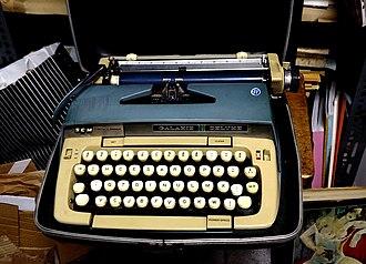 HCESAR - Smith Corona Galaxie typewriter with HCESAR layout (1960s)