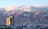 ソフィア市街からヴィトシャ山を眺める。左の高層の建物はホテル マリネラ ソフィア。