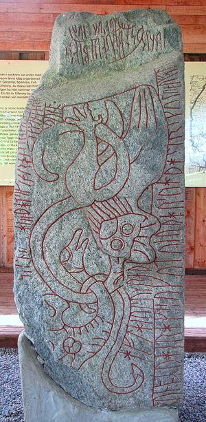 Sparlösa Runestone - Image: Sparlosa stone birds face