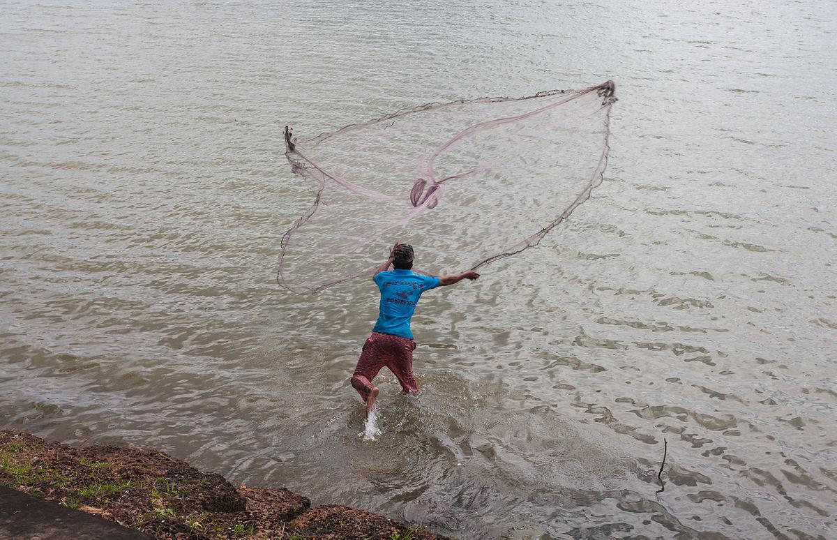 La silla abatible con el respaldo para la pesca