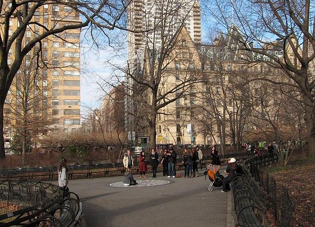 Стробэри Филдс. Место, где Йоко Оно развеяла прах Леннона в Центральном парке, Нью-Йорк