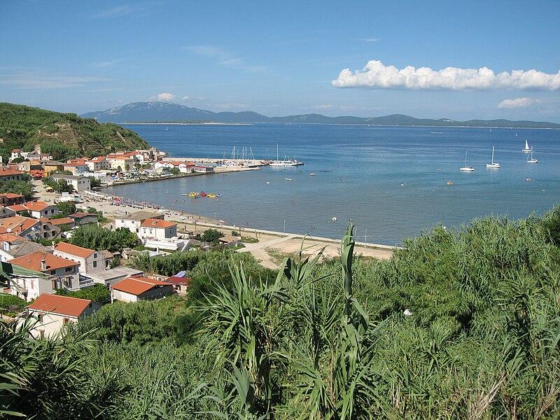 File:Susak-view-of-town-beach.jpg