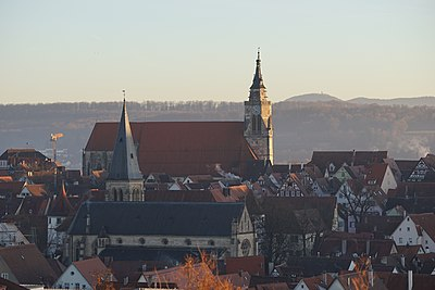 Tübingen - Blick auf Stiftskirche, Johanneskirche und Altstadt von NNW an einem Winterabend.jpg