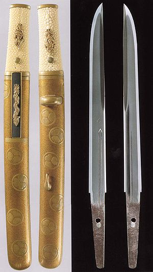 Tantō - Tantō with signature (Mei) of Kunimitsu. Complete aikuchi style koshirae (mountings) and bare blade.