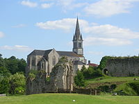 Tiffauges, vestiges chapelle et église.JPG
