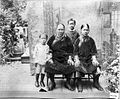 Tropenmuseum Royal Tropical Institute Objectnumber 60008922 Suriname, een Chinese familie.jpg