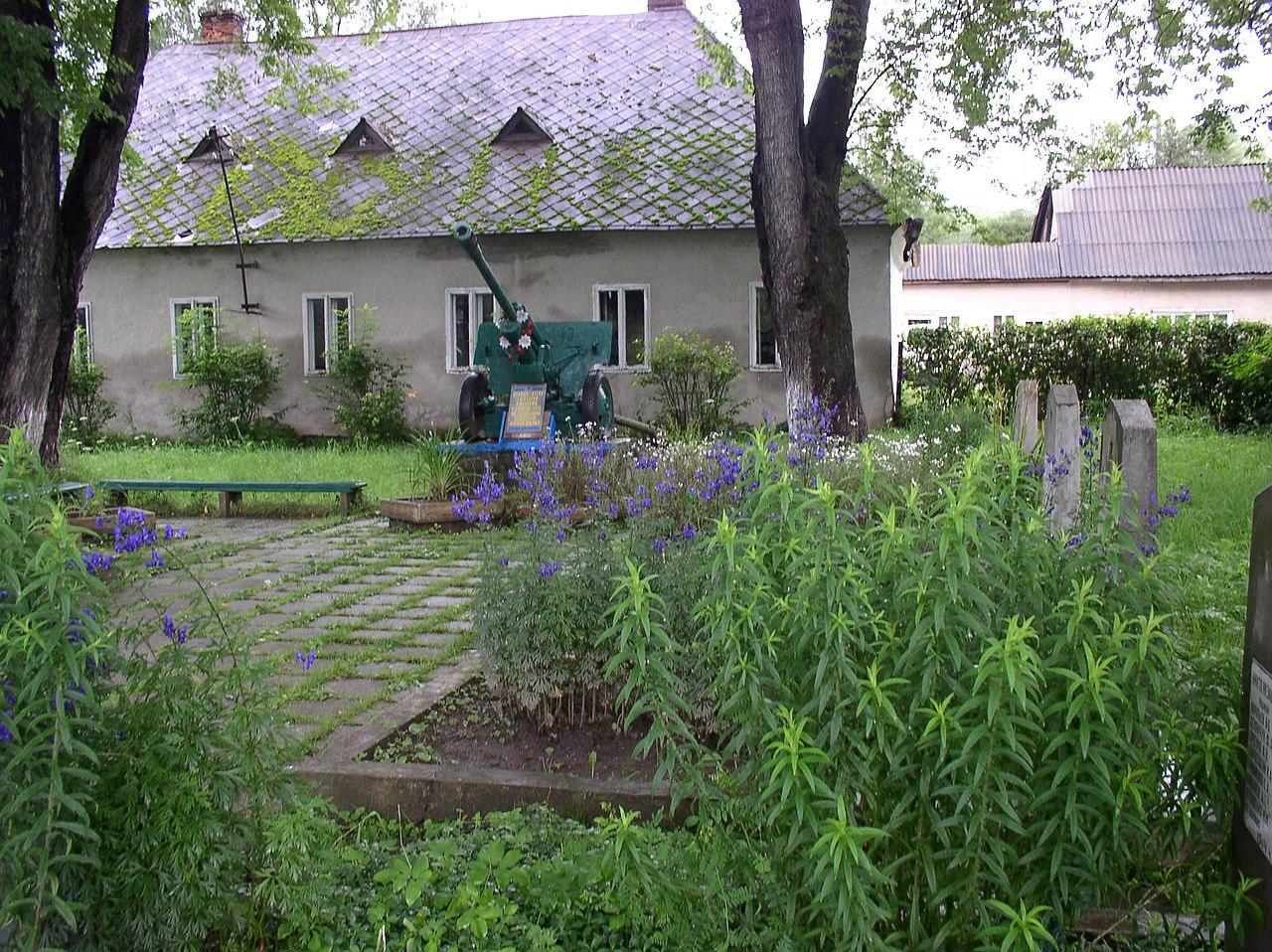 Пушка-памятник воинам Советской Армии, погибшим при освобождении посёлка, на месте их захоронения.