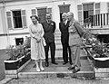 V.l.n.r. koningin Juliana, prins Bernhard, minister Staf van Defensie en veldma, Bestanddeelnr 909-6647.jpg