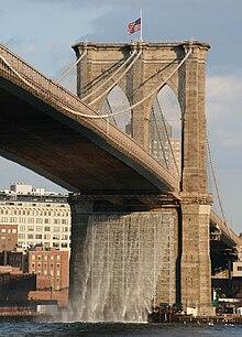 Umelý vodopád pod brooklynským mostom v lete roku 2008