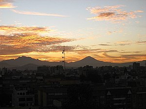 English: Mexican volcanoes from Mexico City, 2...
