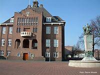 Voormalig raadhuis Geleen met Wilhelminamonument.jpg