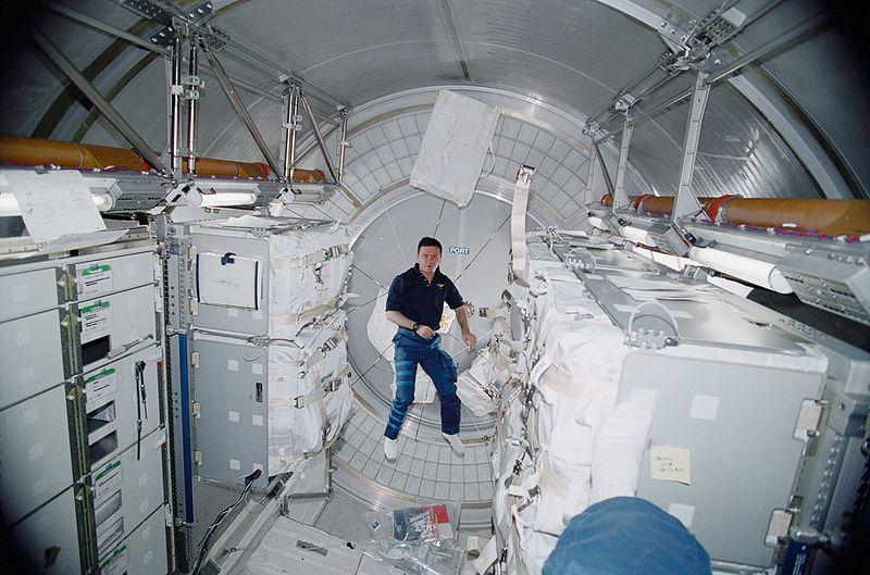 modules utiles? 800px-Yuri_Gidzenko_ISS_Leonardo_Module