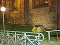 Zelt eines auf dem Kirchengelände von St. Nikolai lebenden Obdachlosen (Flensburg 2014-11-17), Bild 01.jpg