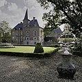 Zicht op kasteel vanuit tuin met zonnewijzer - Ambt Delden - 20389110 - RCE.jpg