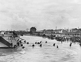 오버로드 작전 중 주노해변에 상륙하는 연합군