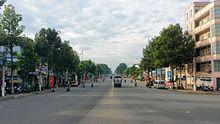 Đại lộ Hùng Vương đoạn đi qua phường 7, nhìn từ cầu Hùng Vương. Đây là con đường rộng nhất nội ô thành phố Mỹ Tho, được phân làn đúng tiêu chuẩn. Con đường này được dùng để tổ chức các lễ hội đường phố, là tuyến đường chính của thành phố.