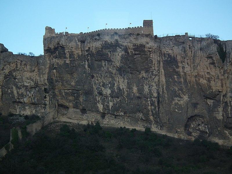 Крепость на отвесной скале - panoramio.jpg