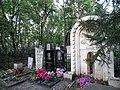 Могила Иванова, вид со стороны надгробного камня на арку.jpg